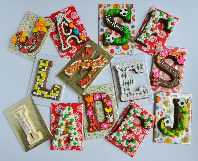Chocoladeletters versieren.