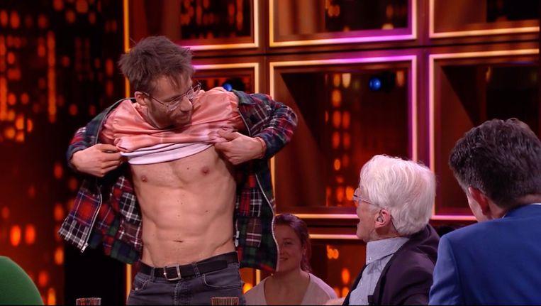 Giel Beelen laat zijn sixpack zien bij RTL Late Night. Beeld