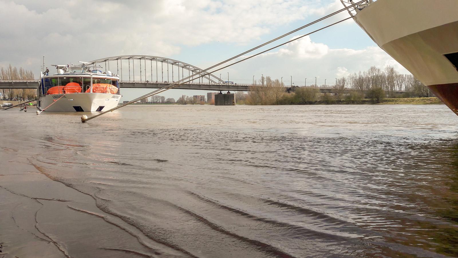 Water op de Rijnkade in Arnhem.