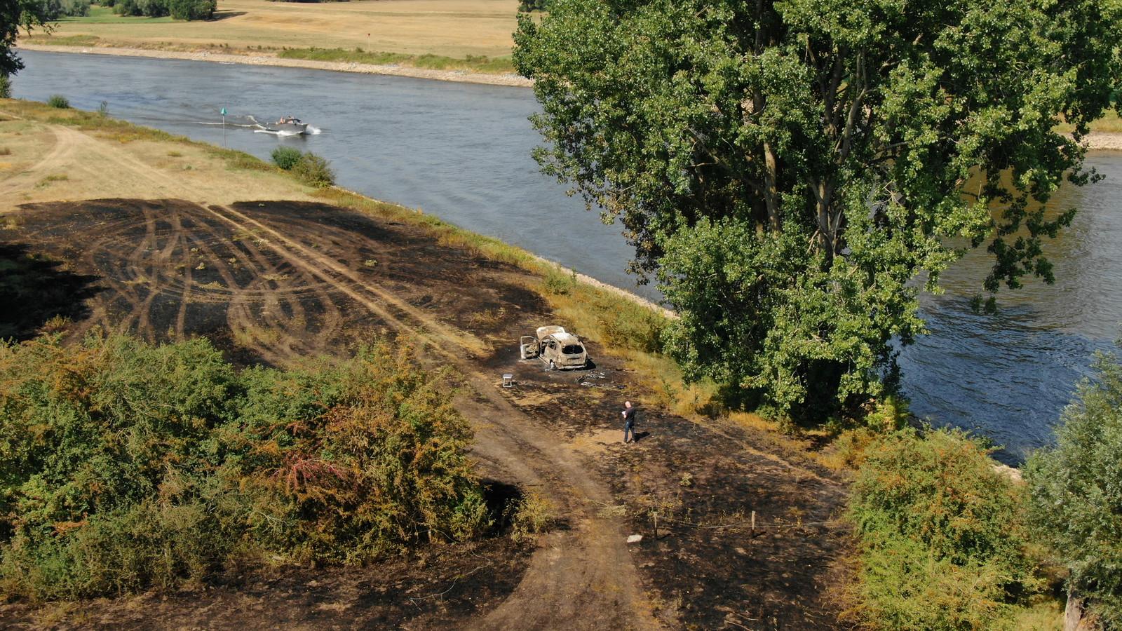 De plek langs de IJssel waar de auto uitbrandde zaterdagmiddag is zwartgeblakerd.