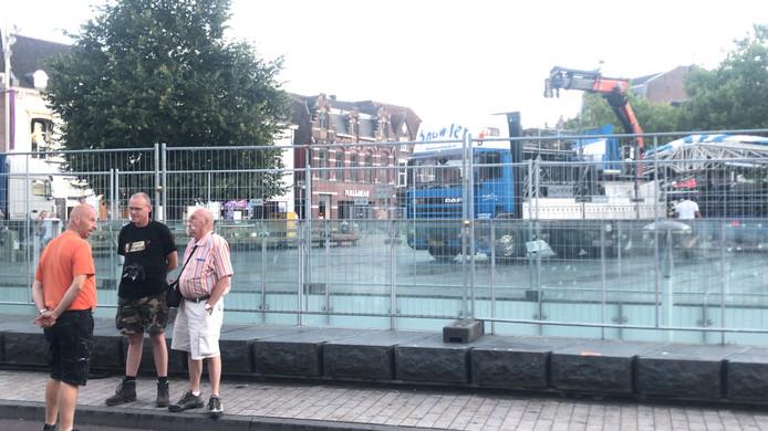 Kijkmannen tijdens de eerste opbouwdag van de Tilburgse kermis.