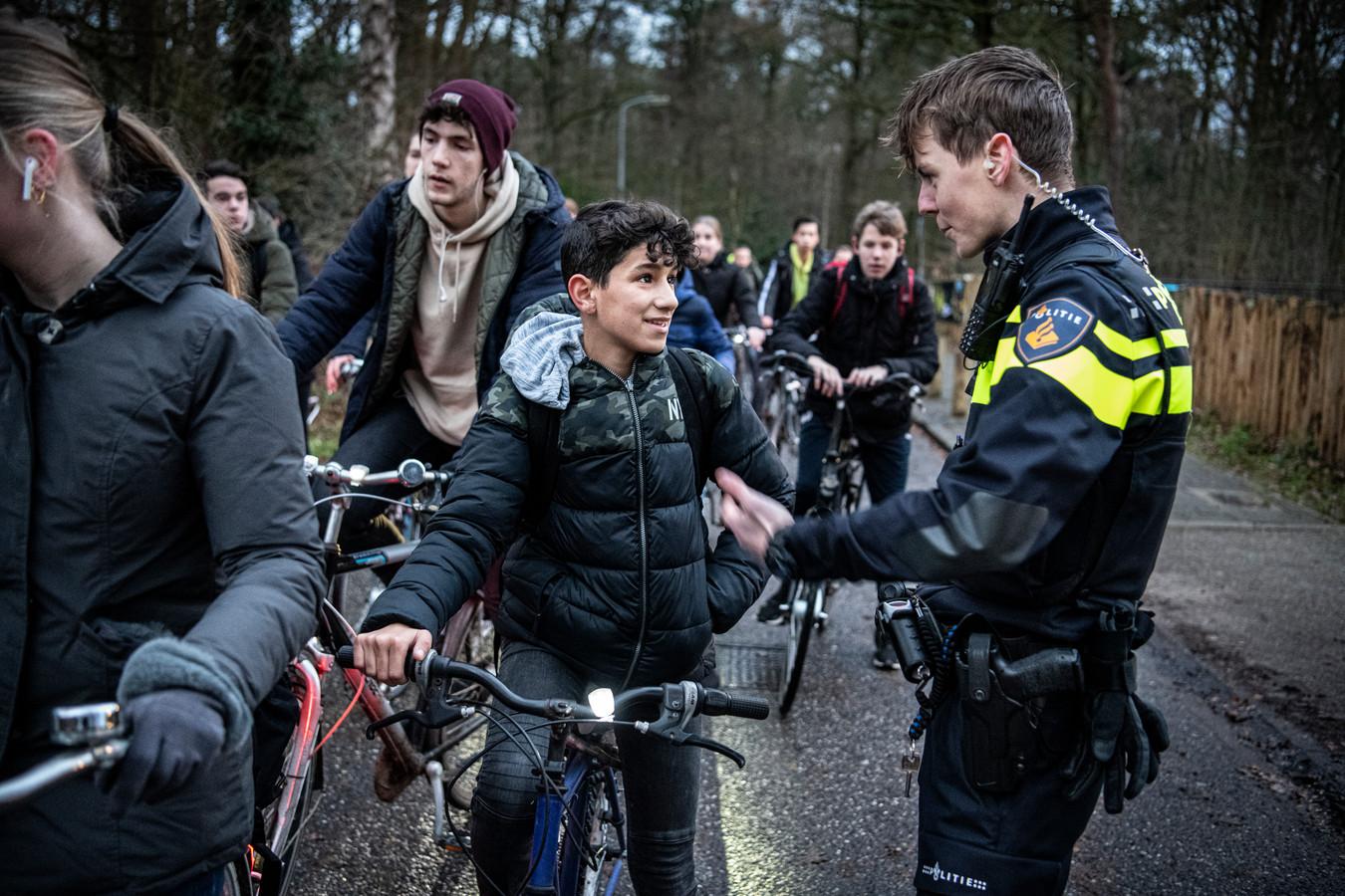 De meeste mensen hadden hun fietsverlichting keurig voor elkaar.    foto Koen Verheijden.