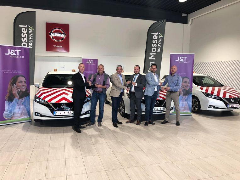 Schepen Guy Schiepers en z'n collega Patrick Jans ontvangen de sleutels van de vier nieuwe elektrische wagens die de stad gaat leasen voor een periode van 60 maanden.