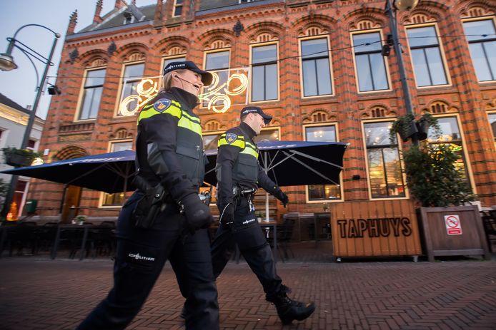 Surveillerende agenten in de Arnhemse binnenstad.