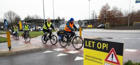 In felgekleurde hesjes rondjes fietsen voor veiligere rotondes in Doetinchem
