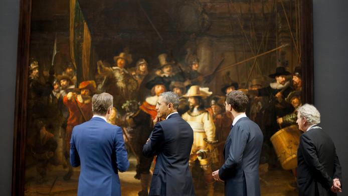 Obama luistert naar directeur van het Rijks Wim Pijbes, die toelichting geeft op de Nachtwacht.