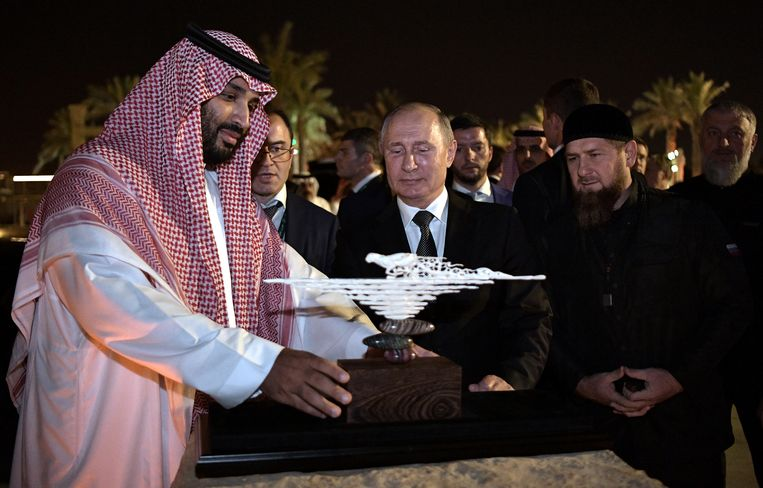 De Tsjetsjeense leider Ramzan Kadyrov kijkt samen met de Russische president Vladimir Poetin toe hoe de Saudische kroonprins Mohammed bin Salman een cadeau presenteert. Beeld Reuters. Beeld REUTERS