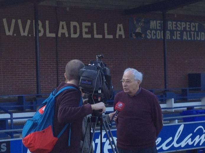 Bestuurdlid Jac van der Aa van Bladella spreekt met de media.