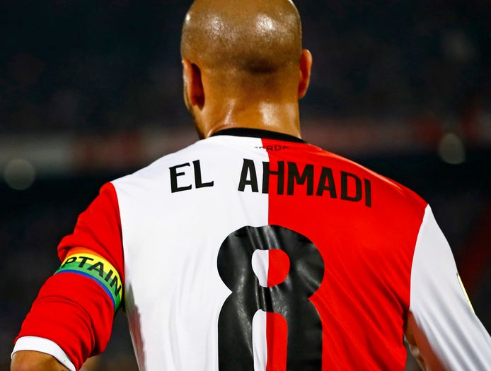 Karim el Ahmadi namens Feyenoord in het seizoen 2017/2018 met de aanvoerdersband in regenboog-kleuren.