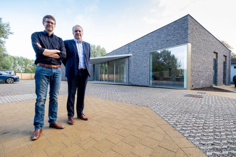 Thomas en Hans Van den Bogaert voor hun gloednieuwe rouwcentrum aan de Antwerpsesteenweg.