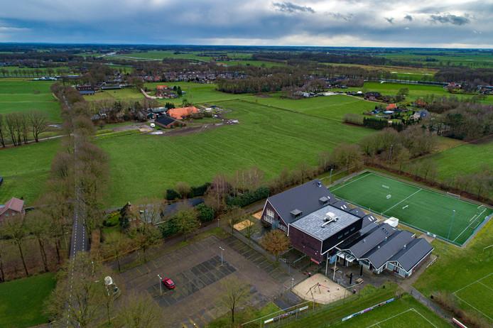 Op de voorgrond de sportvelden en het Kulturhus, op de achtergrond de dorpskern van Wijthmen. Het perceel met de woning en de stallen van de familie Diepman, de beoogde plek voor honderd nieuwe huizen, ligt tussen beide in.
