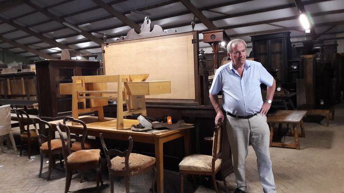 Roel Praagman in zijn voormalige manege aan de Gemondseweg in Schijndel, waar honderden meubelstukken staan opgeslagen.