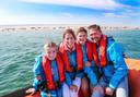Pauline de Bakker met haar kinderen Suus en Joep en man Edo bij de zeehondjes tussen Vlieland en Terschelling. Daar vonden ze schone lucht.
