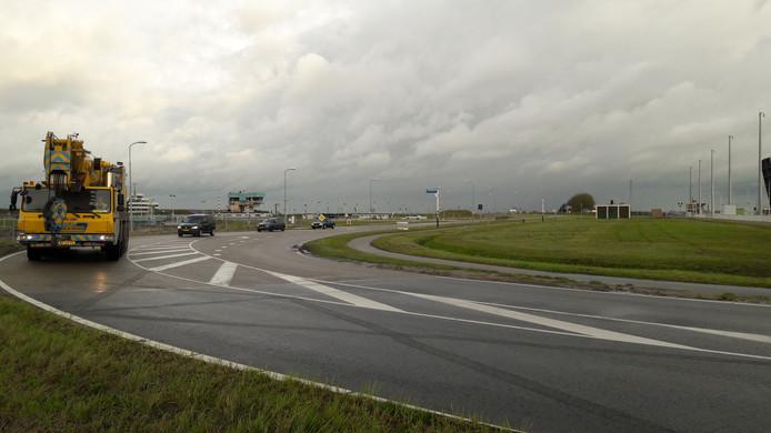 Weg tussen de Oostsluis (rechts) en Middensluis bij Terneuzen waarlangs over grasveld rechts een tijdelijke weg komt.