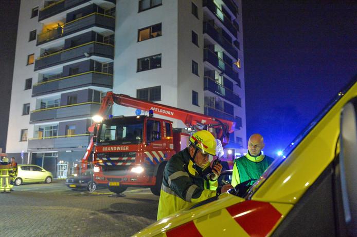 hoogwerker bij brand in appartementencomplex