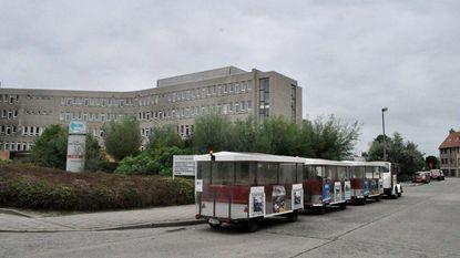 Chauffeur toeristisch treintje wordt onwel... en parkeert voor ziekenhuis