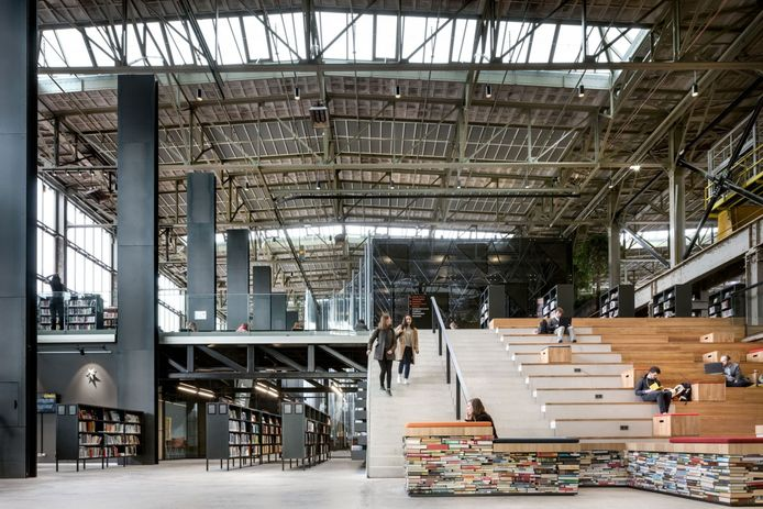 De bibliotheek in de LocHal in Tilburg.