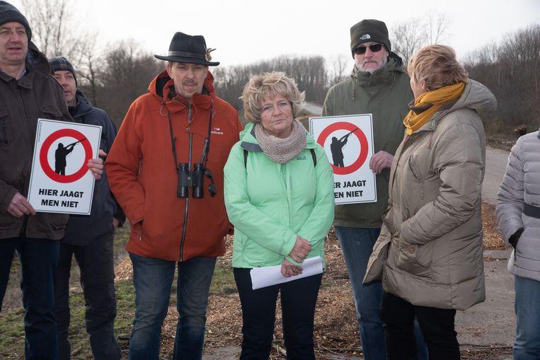Vrienden van de Schelde eisen jachtverbod : Yvette (met groene jas) startte een petitie op.