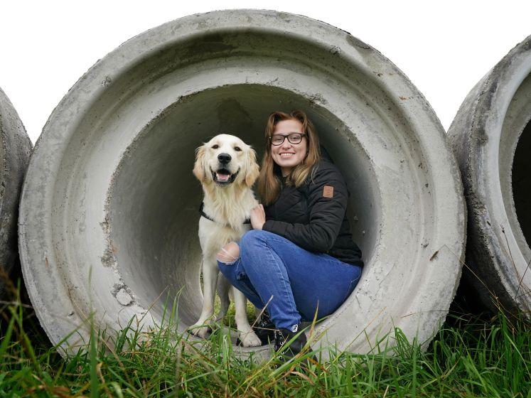 Romy (20) is een crowdfunding begonnen voor haar hulphond Milo