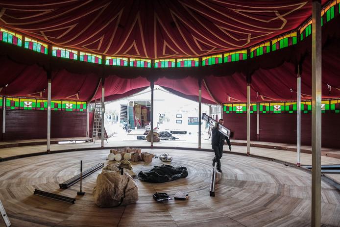 De spiegeltent in opbouw. Mogelijk is het in maart voor het laatst dat het epicentrum van het carnaval in Doetinchem op het Simonsplein is.