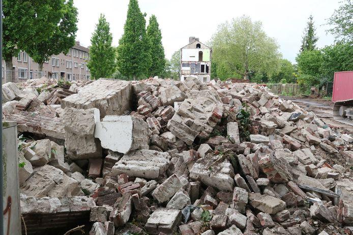 De Roggeveenstraat is veranderd in een enorme berg steenpuin.
