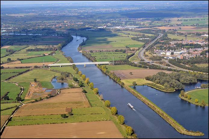 De Maasbrug bij Gennep vanuit de lucht gezien.