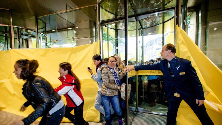 Koopjesjagers gaan de Bijenkorf binnen tijdens de start van de Drie Dwaze Dagen, de jaarlijkse uitverkoop van het warenhuis. Beeld anp
