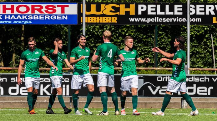 Cenk Uguz (derde van links) maakte al vroeg de 1-0.