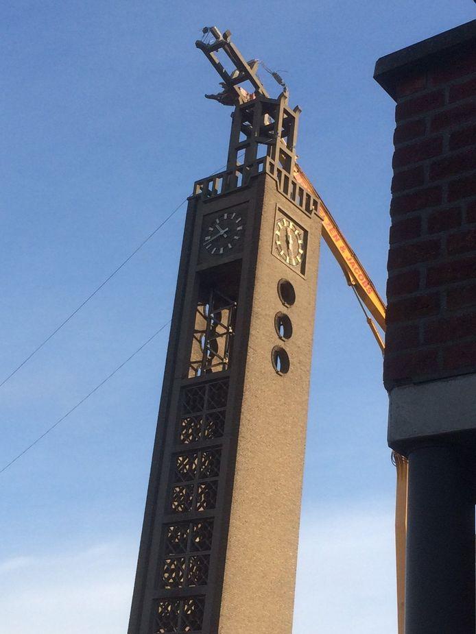 De toren van de Heilig Hartkerk wordt vandaag in stukjes geknipt.