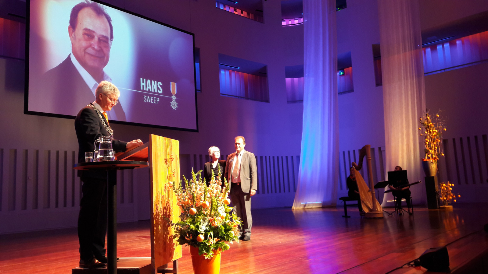 Hans Sweep wordt gedecoreerd.