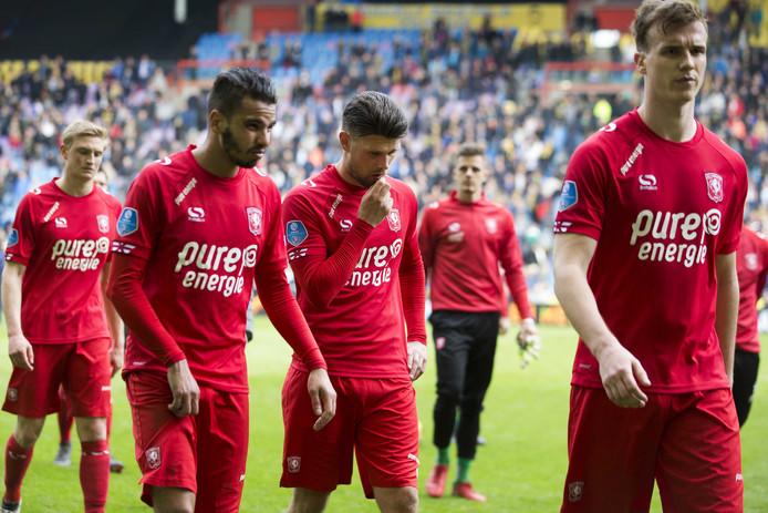 Maher (tweede van links) vertrekt bij FC Twente. De toekomst van Danny Holla is onzeker en de verbintenis van Peet Bijen loopt nog door.