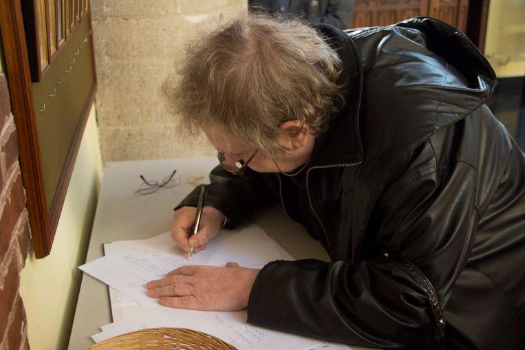 Carin Brillant, de moeder van de moordenaar, tekent het rouwregister van Koen Bliki.