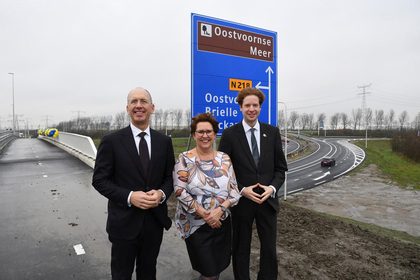 De afronding van de herinrichting van het Stenen Baakplein, met de bouw van een viaduct, is gisteren gevierd. Directeur Ronald Paul van het Havenbedrijf (links op foto), de Westvoornse wethouder Paméla Blok (midden) en gedeputeerde Floor Vermeulen (rechts) zijn  verheugd.