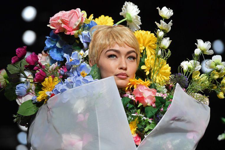 Model Gigi Hadid op de catwalk voor Moschino.