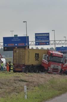 Ongeval met vrachtwagen op A16 bij Moerdijk; traumahelikopter ter plaatse