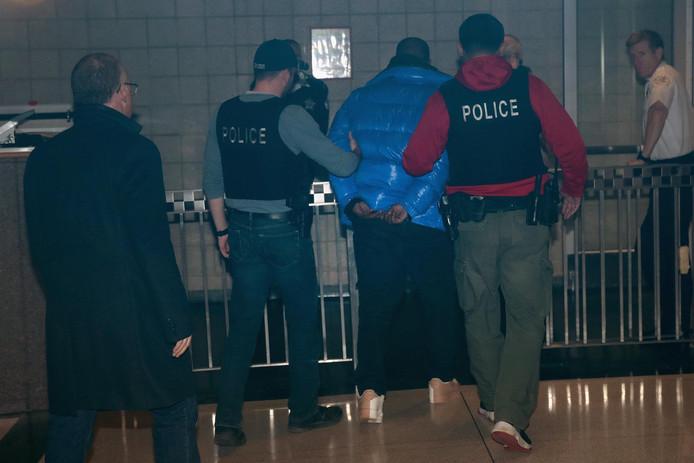 R. Kelly meldde zich gister al op het politiebureau