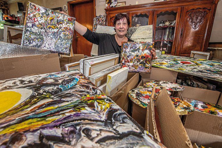 Claudine Kindt verkoopt de schilderijen van haar overleden moeder Frida Coudenys.