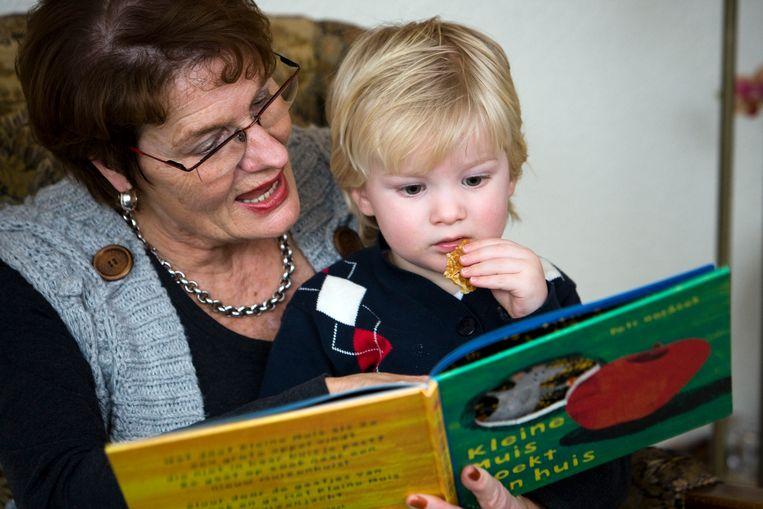 Opa's en oma's kunnen hun kleinkinderen voorlopig nog niet voorlezen. Beeld ANP XTRA