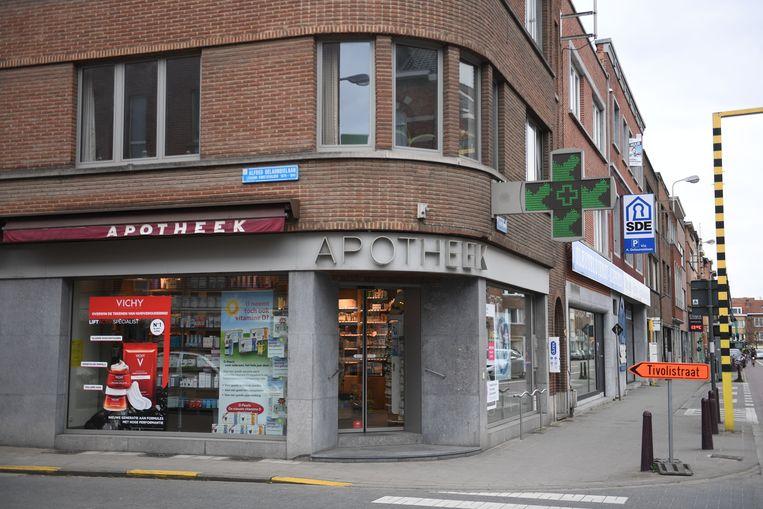 Apotheker Nico Janssens hielp een vrouw bevallen op de stoep voor zijn apotheek.