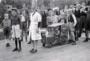 Bevrijdingsoptocht in de Arnhemse wijk Alteveer in 1945. Kinderen beelden de evacuatie uit.