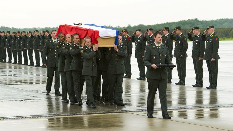 Het lichaam van een in 2010 in Uruzgan gesneuvelde Nederlandse militair komt aan op Eindhoven. Beeld anp