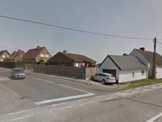 Koerier belandt tegen woning na botsing, moeder en zoon raken gewond in andere wagen