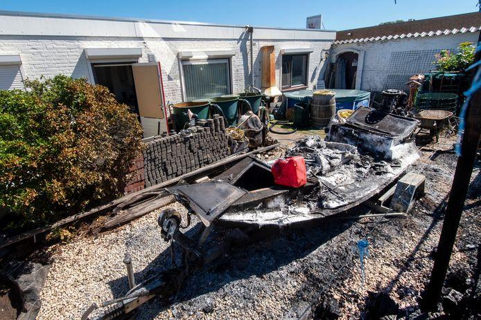 De woning aan de Nijverheidsstraat waar een dag eerder brand gesticht is door de bewoner. Hij had in de woning zelf ook maatregelen genomen die tot brand hadden moeten leiden, maar dat kon de snel aanwezige brandweer voorkomen.