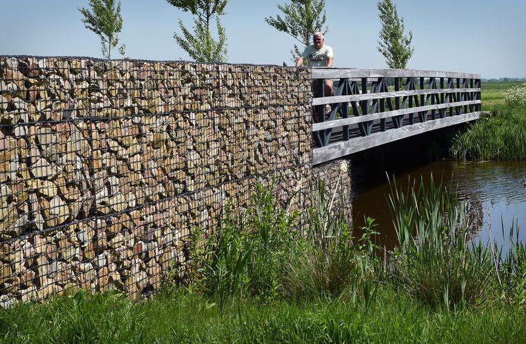 Aan de rand van een nieuwbouwwijk is in Bodegraven een stukje Romeinse (grind)weg gereconstrueerd, en een bruggetje over het water. Beeld Marcel van den Bergh