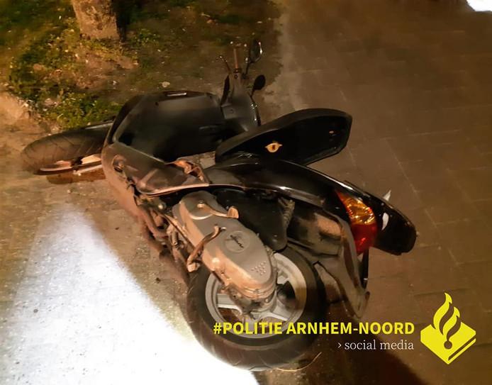 De scooter van de 'bekende inbreker' na zijn crash op de Velperweg in Arnhem.