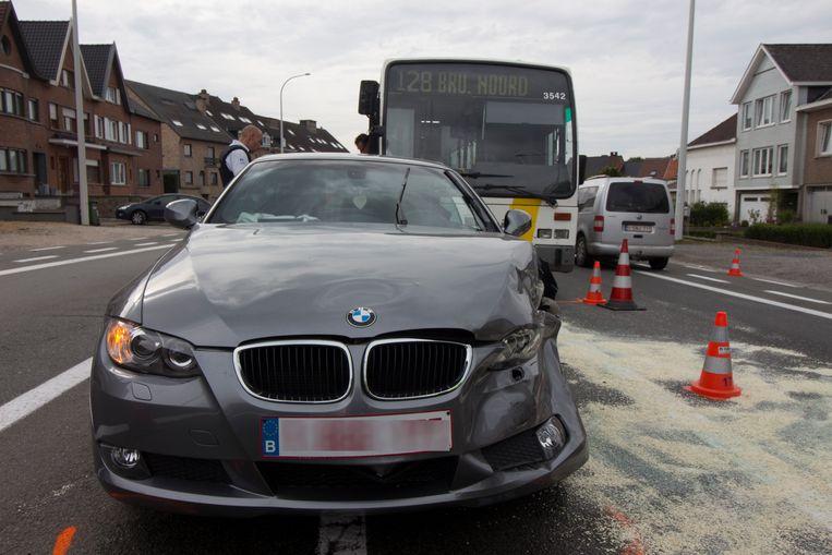 De bestuurster van de BMW probeerde rechtsomkeer te maken en knalde op de lijnbus. Haar wagen werd door de klap weggeslingerd.