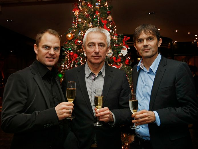 Bondscoach Bert van Marwijk proost met assistenten Frank de Boer en Phillip Cocu.
