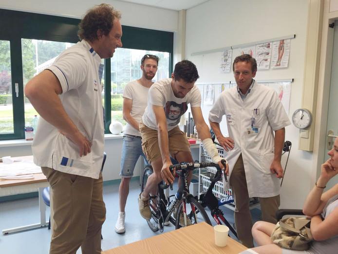 Tom Dumoulin op de fiets met rechts naast hem Peer Konings.