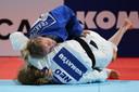 Juul Franssen (in het blauw) in duel met Sanne Vermeer voor de bronzen medaille.