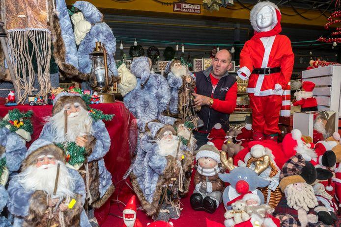 André Brouwer tussen de enorme hoeveelheid kerstspullen in de kringloopwinkel.